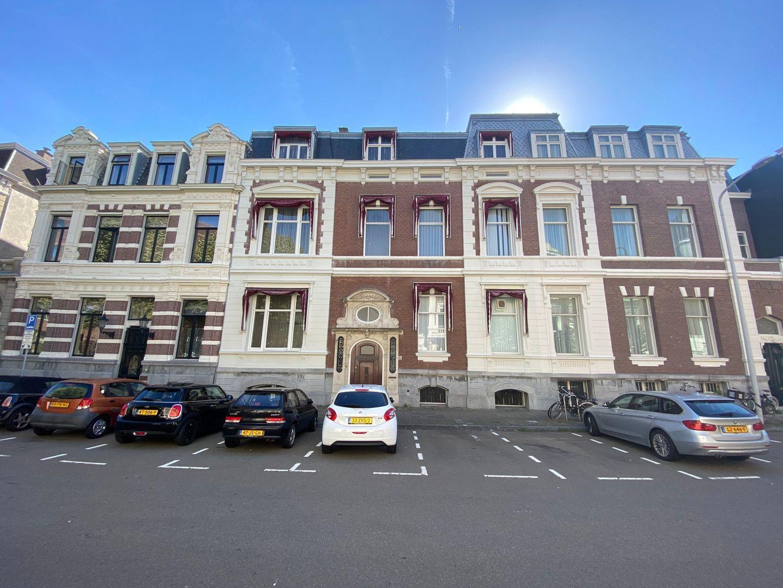 Burgemeester van Karnebeeklaan 15, Den Haag foto-0